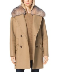 Abrigo con cuello de piel marrón claro