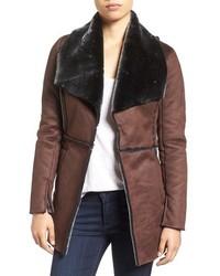 Abrigo de piel de oveja en marrón oscuro