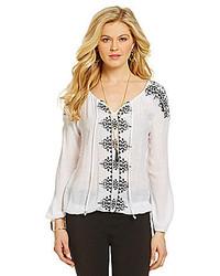 Blusa campesina bordada en blanco y negro