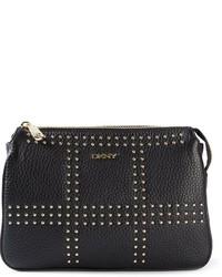 Bolso bandolera de cuero con tachuelas en negro y dorado de DKNY