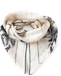 Bufanda con print de flores en blanco y negro de Chanel