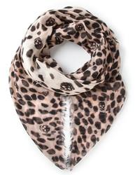 Bufanda de leopardo en beige de Alexander McQueen