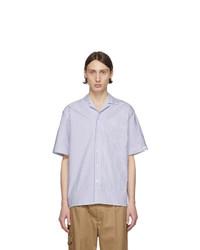 Camisa de manga corta de rayas verticales en blanco y azul marino