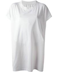 Mantén tu atuendo relajado con una falda skater y una camiseta con cuello circular.