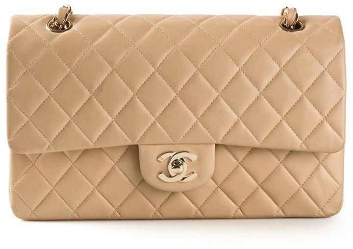 Cartera sobre de cuero acolchada en beige de Chanel