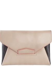 Cartera sobre de cuero en beige de Givenchy