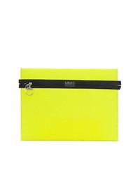 Cartera sobre en amarillo verdoso de MM6 MAISON MARGIELA