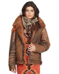 Emparejar unos pantalones junto a una chaqueta de piel de oveja es una opción perfecta para el fin de semana.