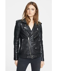 Este combinación de unos pantalones y una chaqueta motera te da una onda muy informal y accesible.