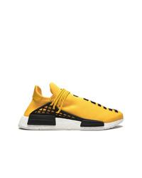 Deportivas amarillas de Adidas By Pharrell Williams