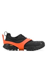 Deportivas en negro y naranja de Roa