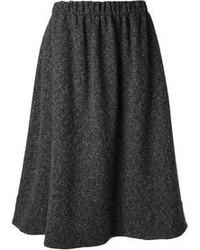 Falda midi plisada en gris oscuro de NOMAD