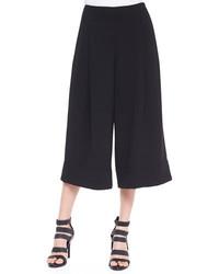 Un jersey y una falda pantalón son una gran fórmula de vestimenta para tener en tu clóset.