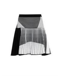 Falda skater de rayas verticales en blanco y negro