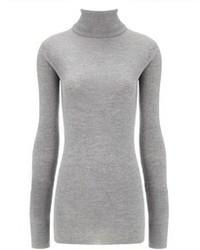 Intenta combinar una falda skater junto a un jersey de cuello alto para una apariencia fácil de vestir para todos los días.