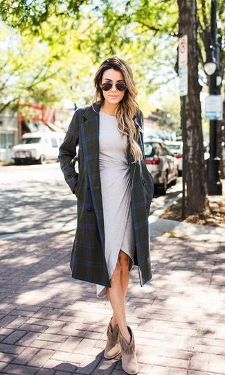 Cómo combinar: abrigo a cuadros verde oliva, vestido ajustado gris, botines de ante сon flecos marrónes