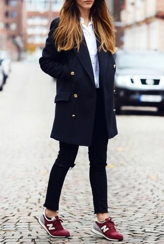 Para crear una apariencia para un almuerzo con amigos en el fin de semana empareja un abrigo azul marino junto a unos vaqueros pitillo desgastados negros. ¿Quieres elegir un zapato informal? Complementa tu atuendo con tenis burdeos para el día.