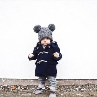 Look de moda: Abrigo Azul Marino, Vaqueros Grises, Botas Safari Grises, Gorro Gris