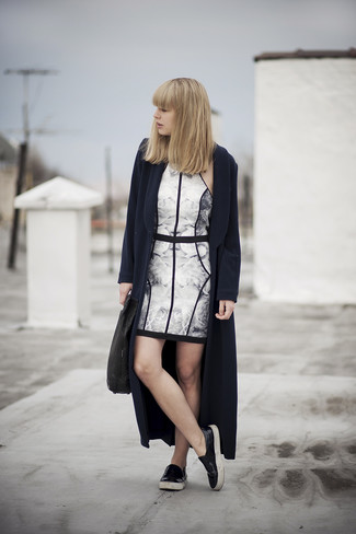 Ponte un abrigo azul marino y un vestido ajustado con print de flores en blanco y negro para lidiar sin esfuerzo con lo que sea que te traiga el día. Zapatillas slip-on de cuero negras contrastarán muy bien con el resto del conjunto.