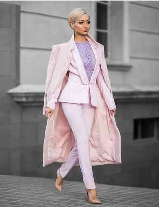 Look de moda: Abrigo Rosado, Blazer Rosado, Blusa sin Mangas de Encaje Violeta Claro, Pantalón de Vestir Rosado