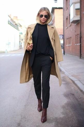 Perfecciona el look casual elegante en un blazer negro y unos pantalones pitillo negros. Botines de cuero burdeos son una opción muy buena para completar este atuendo.