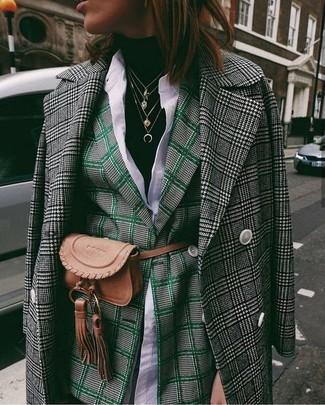 Cómo combinar: abrigo de pata de gallo en negro y blanco, blazer cruzado de tartán verde oscuro, jersey de cuello alto negro, camisa de vestir blanca