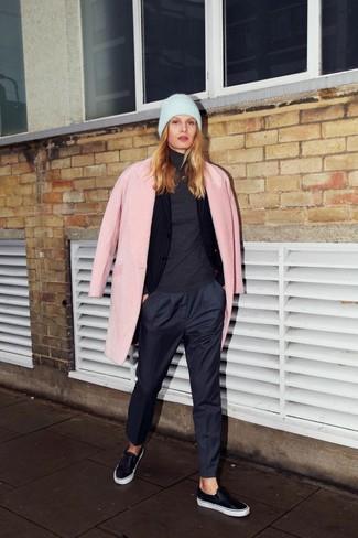 Empareja un abrigo rosado junto a un pantalón de vestir azul marino para sentirte con confianza y a la moda. Para el calzado ve por el camino informal con zapatillas slip-on de cuero negras.