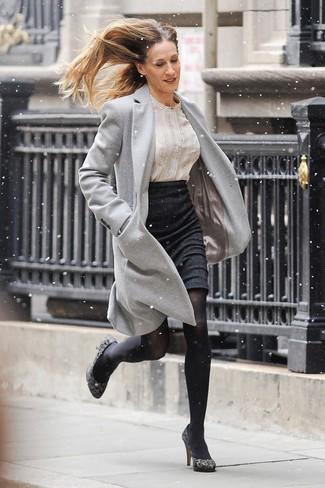 Cómo combinar: abrigo gris, blusa de botones estampada en beige, falda lápiz negra, zapatos de tacón de ante de leopardo grises