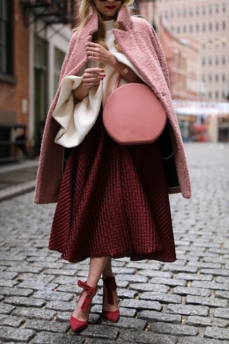 Cómo combinar: abrigo rosado, blusa de manga larga con volante blanca, falda campana con relieve roja, zapatos de tacón de ante rojos