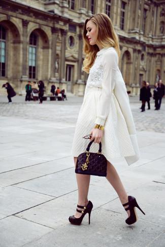 Los días ocupados exigen un atuendo simple aunque elegante, como un abrigo blanco y una falda campana blanca. Completa el look con zapatos de tacón de ante gruesos negros.