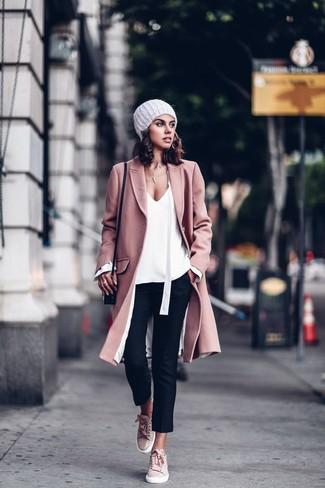 Cómo combinar: abrigo rosado, blusa de manga larga blanca, pantalones pitillo negros, tenis de ante rosados