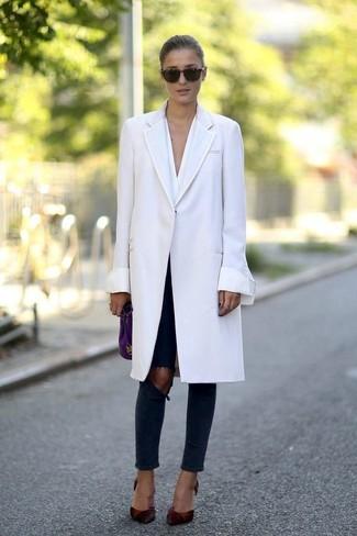 Ponte un abrigo blanco y una cartera sobre de cuero violeta de Marc Jacobs para un lindo look para el trabajo. Complementa tu atuendo con zapatos de tacón de cuero burdeos.