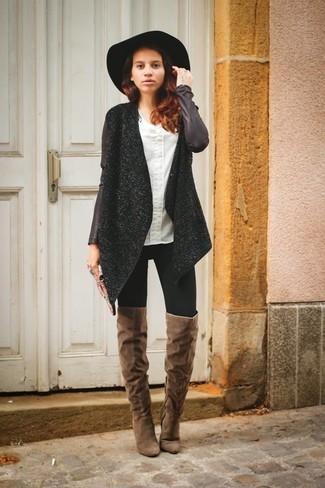 La versatilidad de un abrigo de tweed negro y unos vaqueros pitillo negros los hace prendas en las que vale la pena invertir. Complementa tu atuendo con botas sobre la rodilla de ante marrónes.