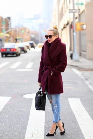 Empareja un abrigo burdeos junto a una bolsa tote negra para lograr un look de vestir pero no muy formal. Este atuendo se complementa perfectamente con zapatos de tacón negros.