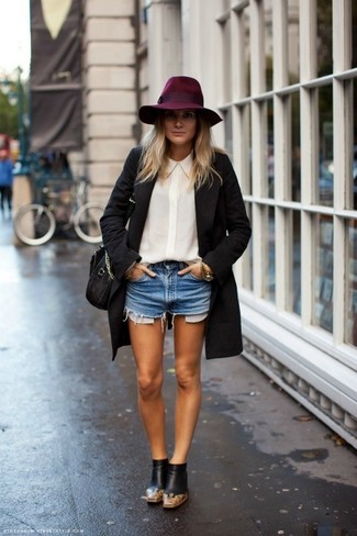 Look de moda: Abrigo Negro, Camisa de Vestir de Seda Blanca, Pantalones Cortos Vaqueros Celestes, Botines Chelsea de Cuero Negros
