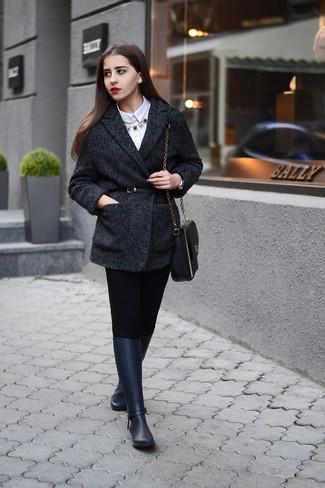 Look de moda: Abrigo de Espiguilla Gris Oscuro, Camisa de Vestir Blanca, Pantalones Pitillo Negros, Botas de Lluvia Azul Marino