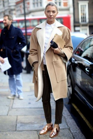 Cómo combinar: abrigo marrón claro, camisa de vestir blanca, pantalones pitillo de rayas verticales negros, mocasín de cuero dorados