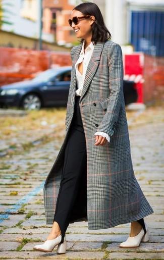 Cómo combinar: abrigo de tartán gris, camisa de vestir blanca, pantalones pitillo negros, zapatos de tacón de cuero blancos