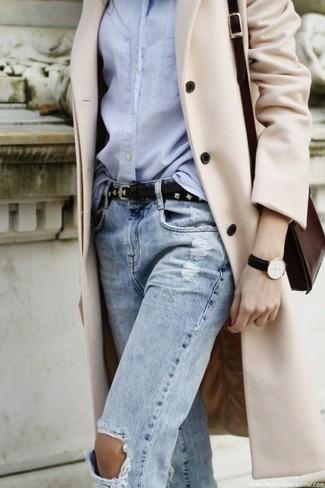 Empareja un abrigo beige con una correa de cuero con tachuelas negra de Givenchy para un conjunto de oficina con estilo.