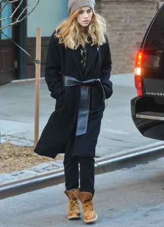 Cómo combinar: abrigo negro, camisa polo negra, vaqueros negros, botas planas con cordones de cuero marrónes