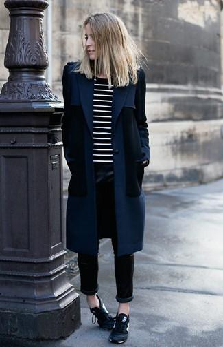 Considera emparejar una ropa de abrigo azul marino junto a unos pantalones pitillo de cuero negros para después del trabajo. Deportivas en negro y blanco resaltaran una combinación tan clásico.
