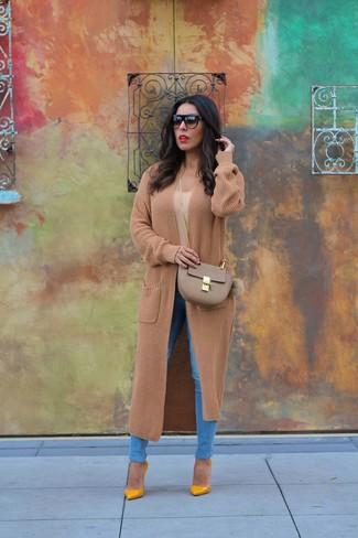 Cómo combinar: abrigo de punto marrón claro, camiseta con cuello circular marrón claro, vaqueros pitillo azules, zapatos de tacón de cuero mostaza