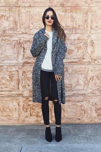 Elige un abrigo gris oscuro y unos vaqueros pitillo desgastados negros para crear una apariencia elegante y glamurosa. ¿Por qué no ponerse botines de ante negros a la combinación para dar una sensación más clásica?