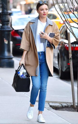 Cómo combinar: abrigo marrón claro, camiseta con cuello circular blanca, vaqueros pitillo azules, tenis blancos