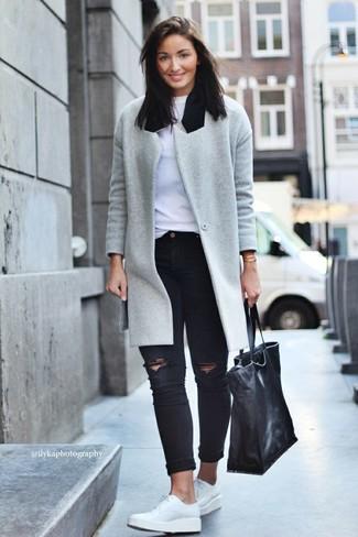 Para seguir las tendencias usa un abrigo gris y unos vaqueros pitillo desgastados negros. Zapatos derby de cuero blancos añaden un toque de personalidad al look.