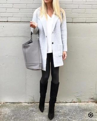 Cómo combinar: abrigo gris, camiseta con cuello en v blanca, leggings negros, botas sobre la rodilla de ante negras
