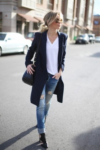 Elige un abrigo de rayas verticales azul marino y unas gafas de sol naranjas para un almuerzo en domingo con amigos. Un par de botines de cuero con recorte negros se integra perfectamente con diversos looks.