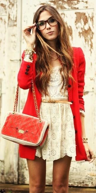 Cómo combinar: abrigo rojo, camiseta de manga larga de encaje en beige, falda skater de encaje en beige, bolso bandolera de cuero acolchado rojo