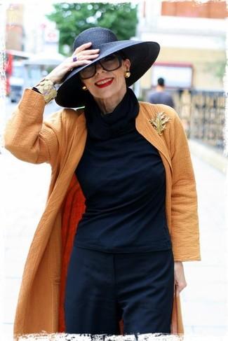 Cómo combinar: abrigo naranja, camiseta de manga larga negra, pantalón de vestir negro, sombrero negro