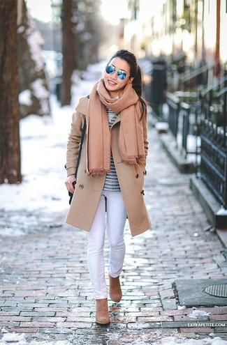 Un abrigo marrón claro y una bufanda marrón claro de mujeres de Moschino son una combinación toda fashionista debe intentar Botines de ante marrón claro son una sencilla forma de complementar tu atuendo.